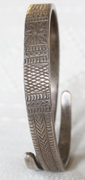 Antique Hmong hill tribe silver bracelet ETJ116M2