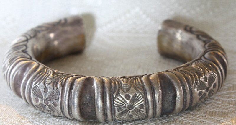 Antique Hmong hill tribe silver bracelet ETJ130M
