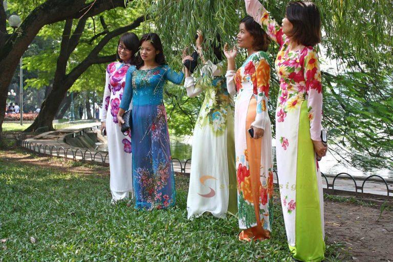 Vietnamese Women, Hoan Kiem Lake, Hanoi