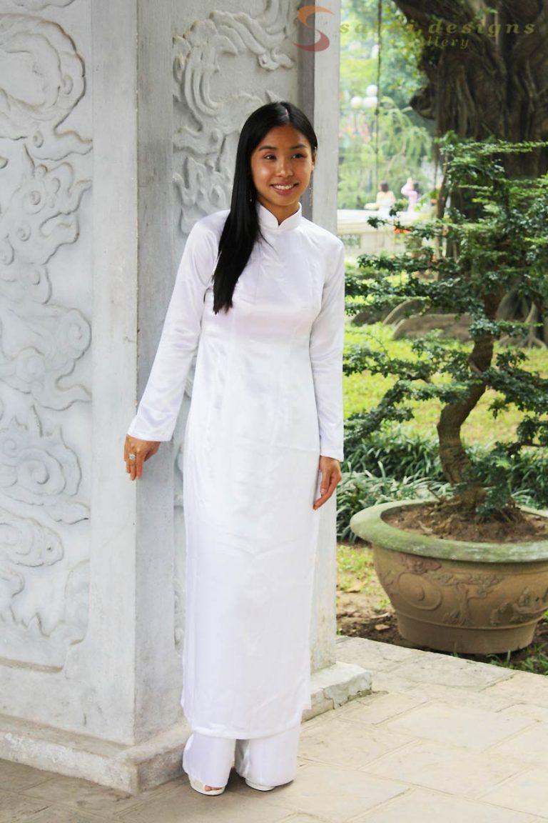 Vietnamese Women in Traditional Dress